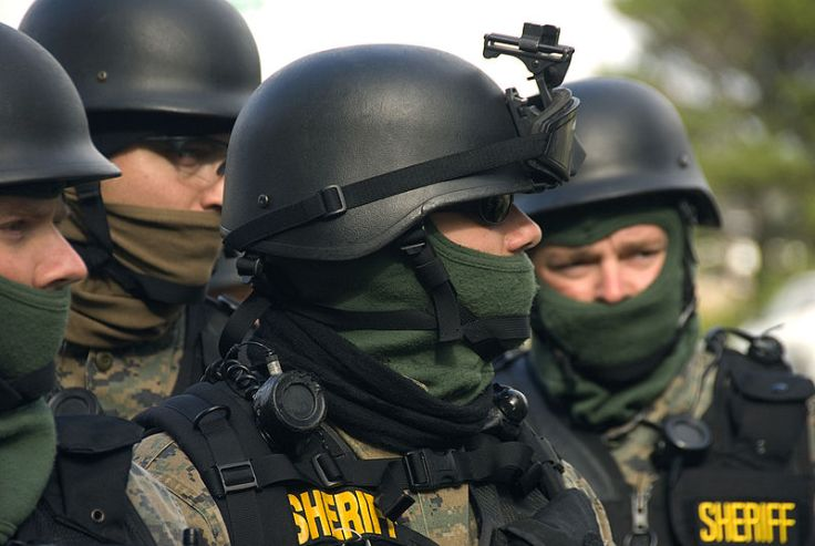 800px-SWAT_team_(4131372991)